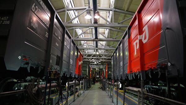 Железнодорожные вагоны в одном из цехов АО Научно-производственная корпорация Уралвагонзавод в Нижнем Тагиле. Архивное фото