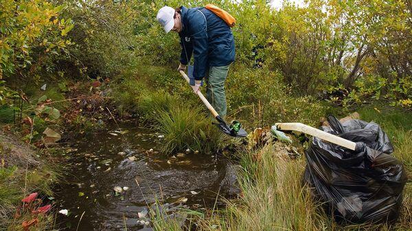 Волонтеры очистили от мусора реку Томь в Кемеровской области