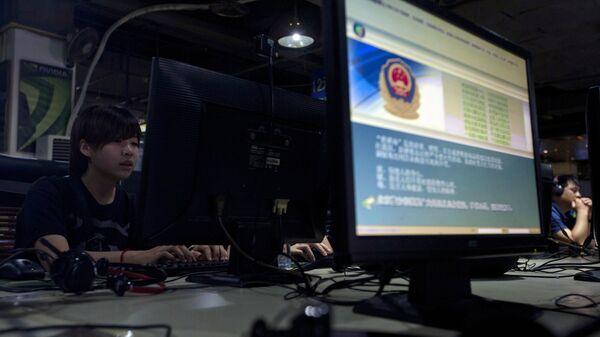 Интернет-кафе в Пекине. На мониторе отображается сообщение китайской полиции о правильном использовании интернета