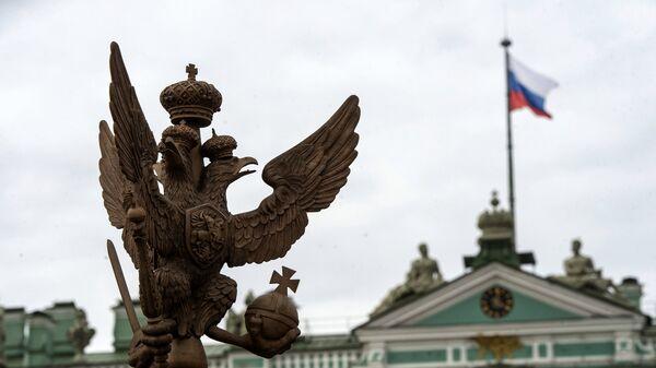 Двуглавый орел на ограде Александровской колонны на Дворцовой площади в Санкт-Петербурге