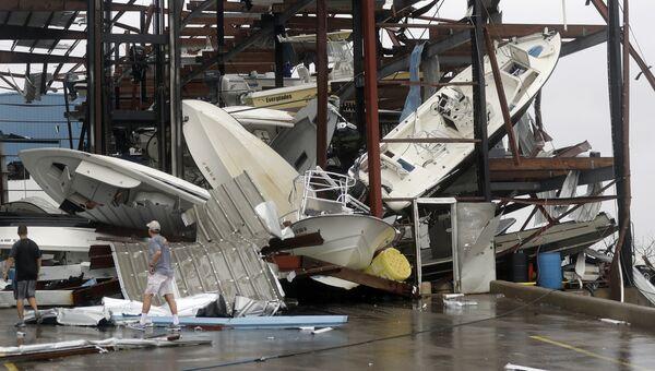 Лодки поврежденные штормом Харви на стоянке в городе Рокпорт, Техас. 26 августа 2017