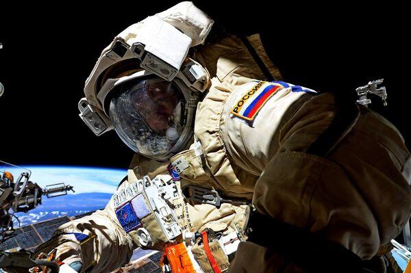 Космонавт Роскосмоса Сергей Рязанский во время выхода в открытый космос. 17 августа 2017