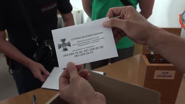 В офисах «Свидетелей Иеговы» в ЛНР найдены агитационные материалы (кадр из видео). 28 августа 2017