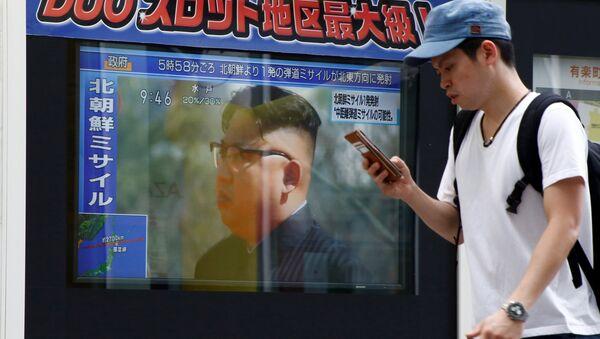 Трансляция новостей о новом пуске северокорейской ракеты в Токио. 29 августа 2017