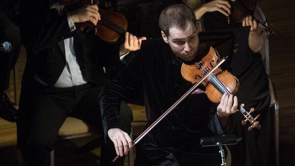 Скрипач Дмитрий Коган во время выступления