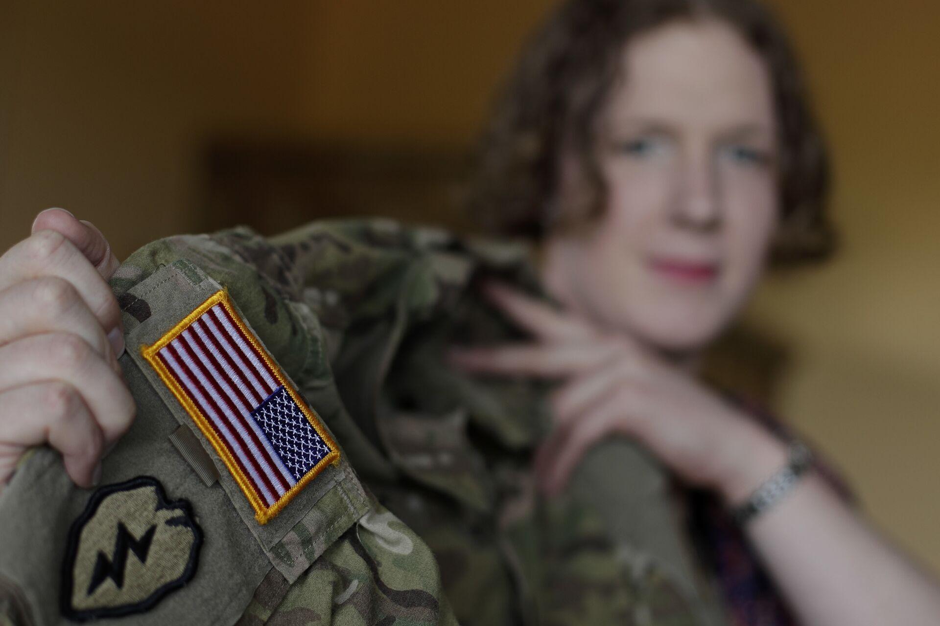 Военнослужащая-трансгендер капитан Дженнифер Симс во время интервью. 29 августа 2017  - РИА Новости, 1920, 28.01.2021