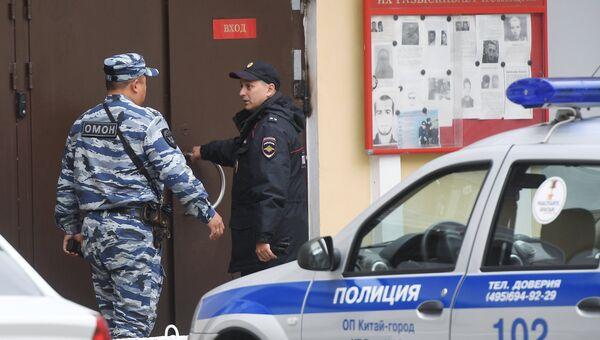 Сотрудники полиции у ОВД Китай-город в Москве, куда доставлен обвиняемый в хулиганстве бизнесмен Умар Джабраилов. 30 августа 2017