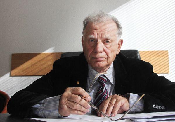 Нобелевский лауреат Жорес Алферов в рабочем кабинете в Государственной Думе РФ