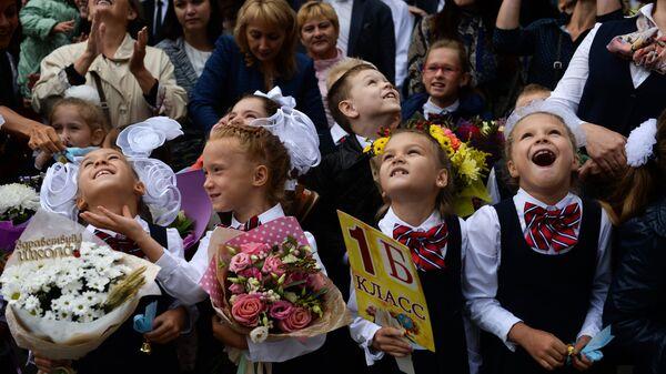Ученики первых классов во время торжественной линейки посвященной Дню знаний