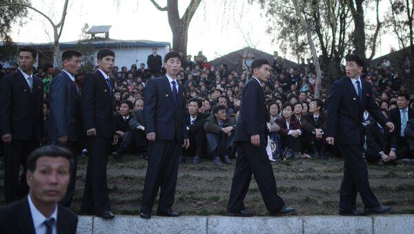 Сотрудники безопасности перед началом фейерверка в честь 100-летия со дня рождения Ким Ир Сена