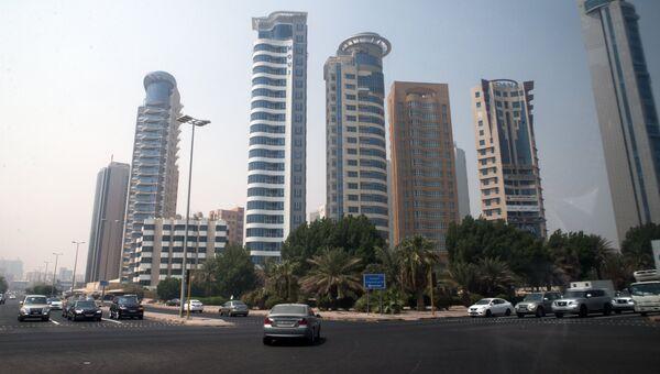Небоскребы на улице города Эль-Кувейт государства Кувейт, архивное фото