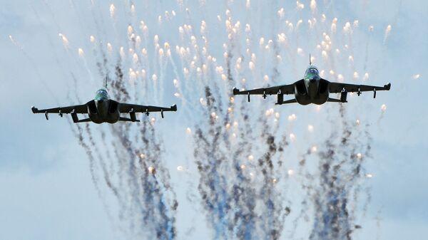 Самолеты Як-130 ВВС Белоруссии в ходе подготовки к учениям Запад-2017 в Могилевской области