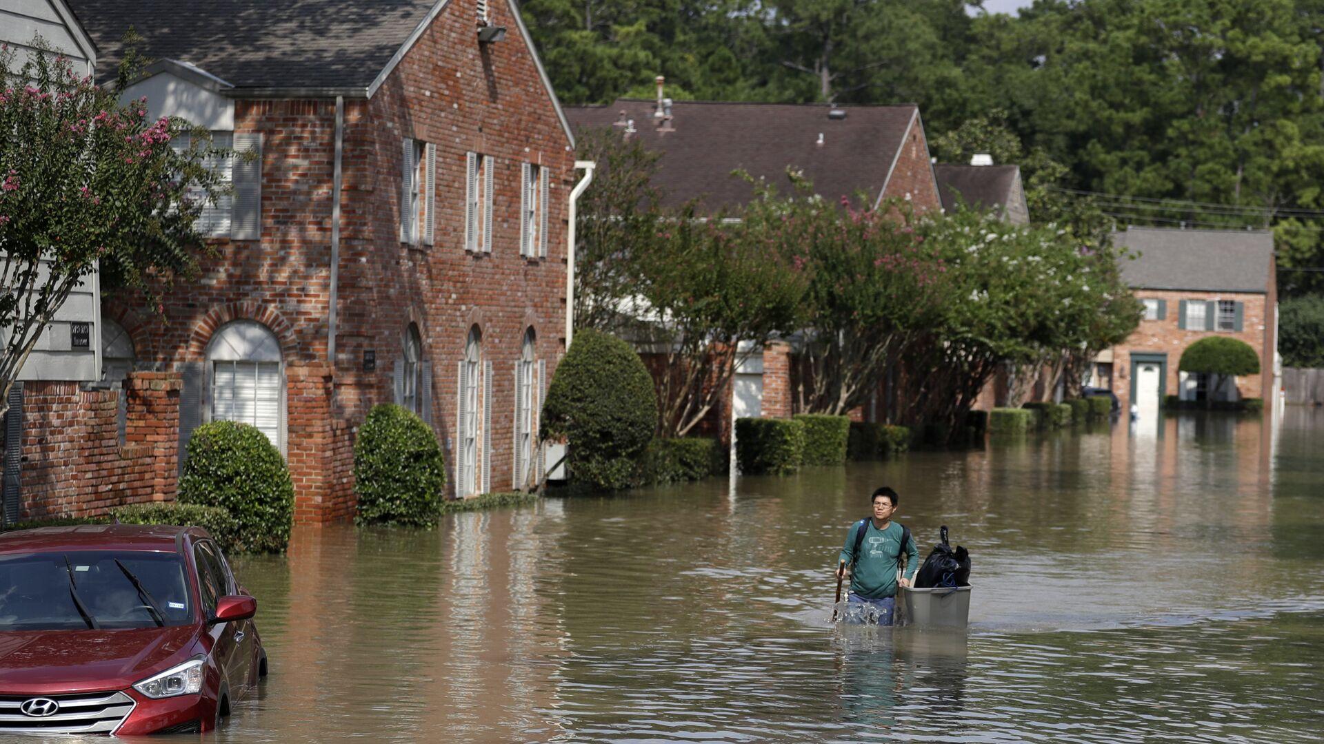 Человек идет по затопленной улице в Хьюстоне, штат Техас. 1 сентября 2017  - РИА Новости, 1920, 08.07.2020