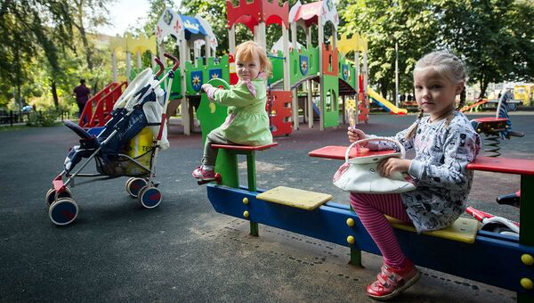 Дети играют на детской площадке. Архивное фото