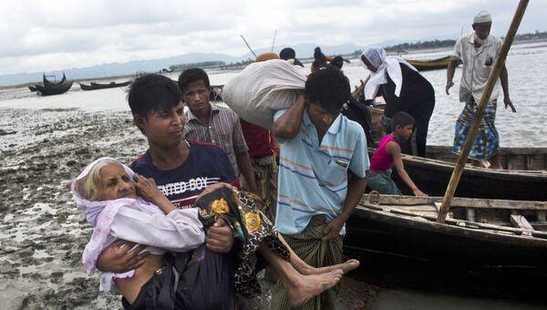 Люди из народности рохинджа переходят на бангладешскую границу. Архивное фото