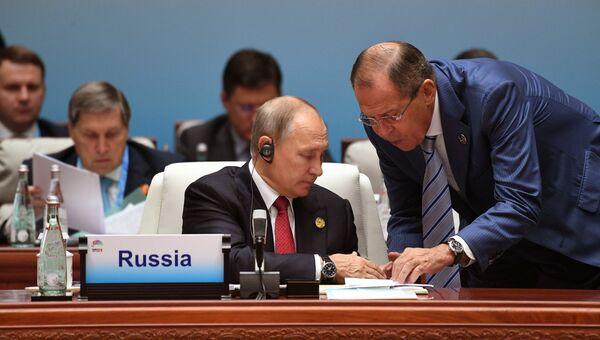 Президент РФ Владимир Путин и министр иностранных дел РФ Сергей Лавров на саммите лидеров БРИКС. День второй