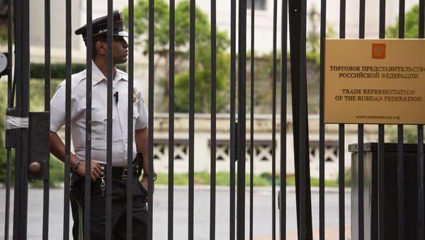 Полицейский у здания российского торгового представительства в Вашингтоне