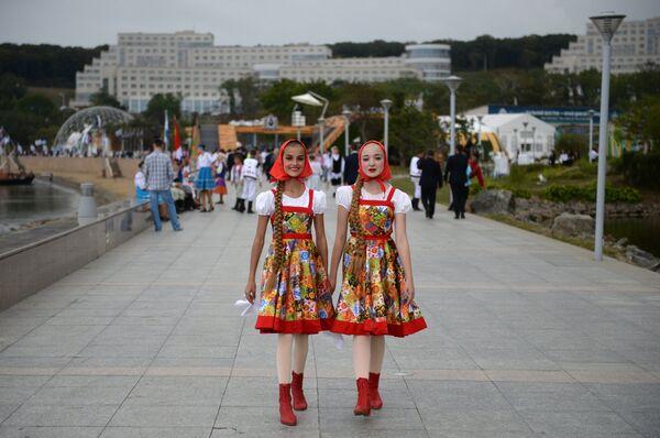 На открытии выставки Улица Дальнего Востока на набережной бухты Аякс в рамках Восточного экономического форума во Владивостоке