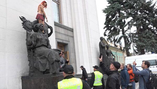 Активистка FEMEN звонком колокольчика поздравила Раду с открытием сессии