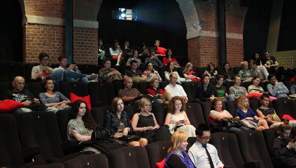 Посетители Центра документального кино. Архивное фото