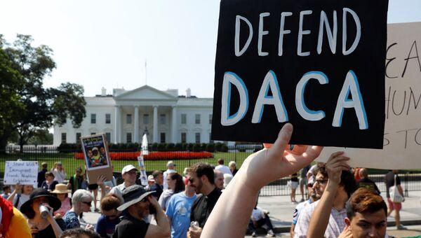 Акция против отмены программы защиты детей-иммигрантов (DACA) у Белого дома в Вашингтоне. 5 сентября 2017