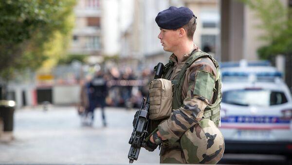 Сотрудник полиции в пригороде Парижа. Архивное фото