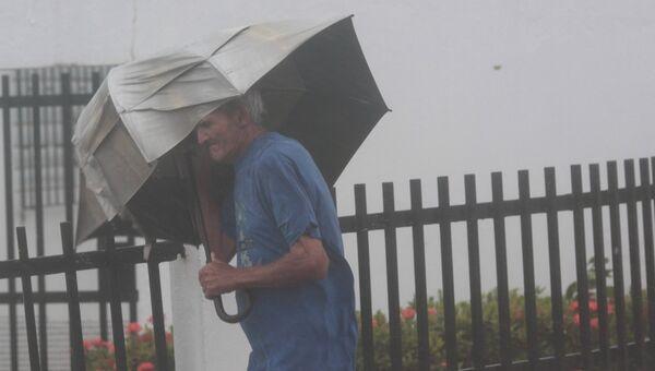 Мужчина идет с зонтом во время урагана Ирма в Фахардо, Пуэрто-Рико