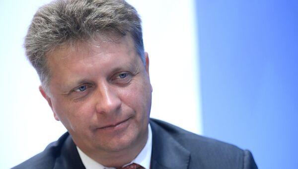 Министр транспорта РФ Максим Соколов во время интервью у стенда МИА Россия сегодня на Восточном экономическом форуме. 7 сентября 2017