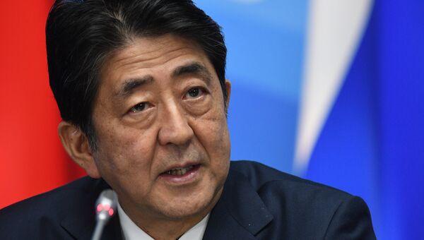 Премьер-министр Японии Синдзо Абэ во время совместного с президентом РФ Владимиром Путиным заявления для прессы по итогам встречи в рамках Восточного экономического форума. 7 сентября 2017