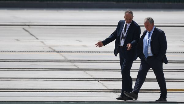 Директор судостроительного комплекса Звезда Юрий Фильченок и директор ПАО НК Роснефть Игорь Сечин во время посещения дальневосточного судостроительного комплекса Звезда. 8 сентября 2017