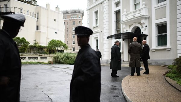 Полиция и сотрудники госдепа США у здания российского торгового представительства в Вашингтоне