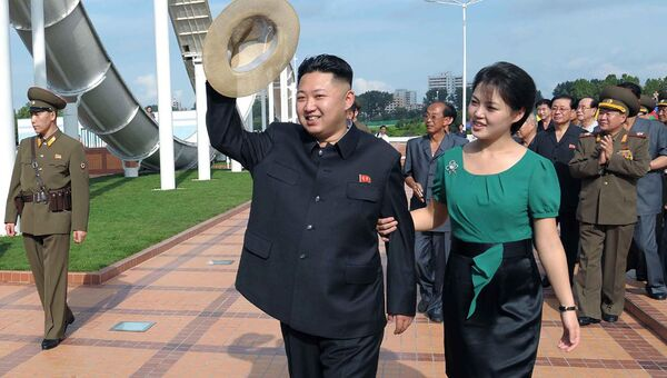 Лидер КНДР Ким Чен Ын с супругой