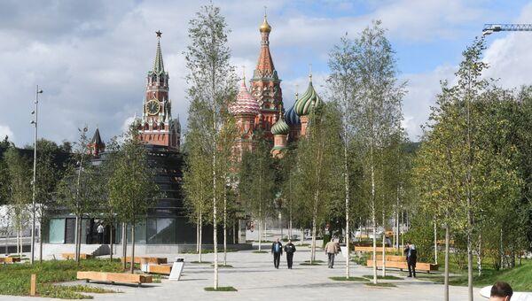 Вид на Спасскую башню Московского кремля и собор Василия Блаженного со стороны парка Зарядье в Москве. 9 сентября 2017