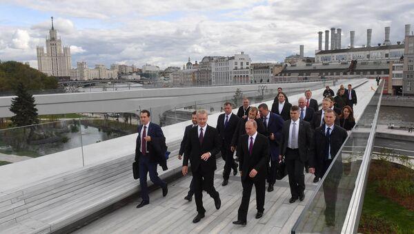 Президент РФ Владимир Путин во время посещения ландшафтного парка Зарядье в Москве. 9 сентября 2017
