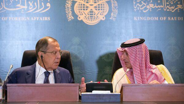 Сергей Лавров и министр иностранных дел Саудовской Аравии Адель аль-Джубейр во время встречи в Джидде. 10 сентября 2017
