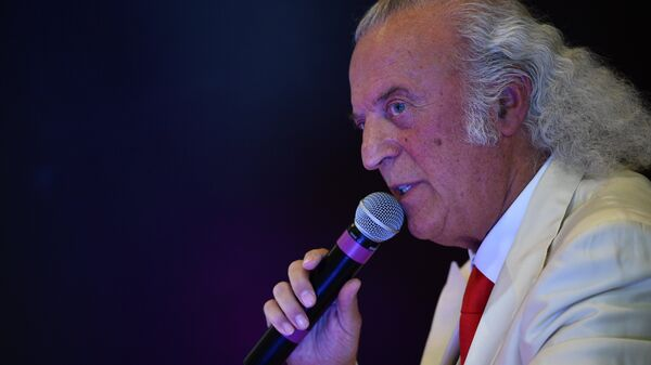Поэт Илья Резник во время презентации своей книги Тяпа не хочет быть клоуном