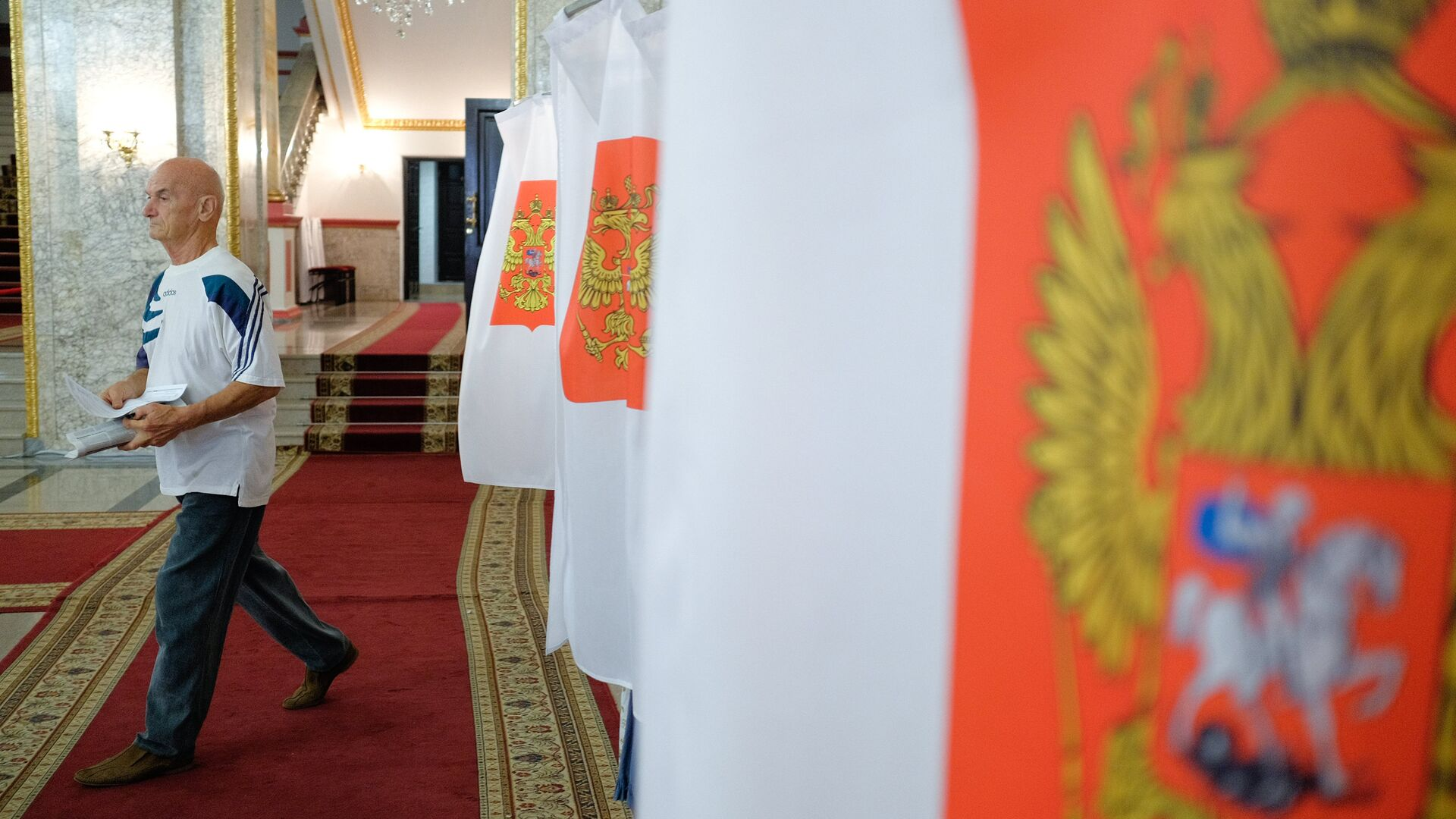 Избиратель в единый день голосования на избирательном участке. 10 сентября 2017 - РИА Новости, 1920, 04.08.2021