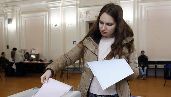 Избиратели в единый день голосования на избирательном участке. 10 сентября 2017