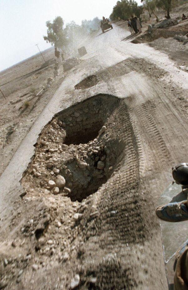 Разбитая взрывами дорога. Архив