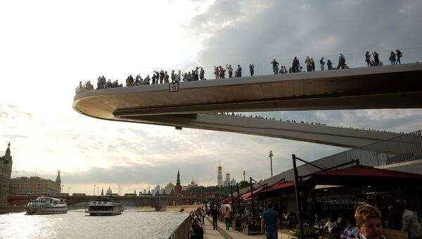 Посетители на Парящем мосту в природно-ландшафтном парке Зарядье в Москве. 11 сентября 2017