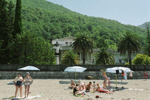 Отдыхающие на пляже в Гаграх. Архив
