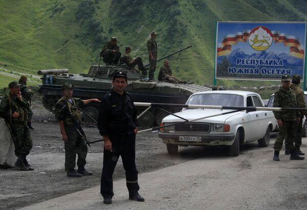 Российские военнослужащие и южноосетинские ополченцы на Зарской дороге в зоне грузино-югоосетинского конфликта