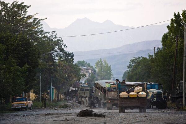 Грузовик с гробами на улице Цхинвали