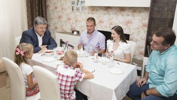 Президент Украины Петр Порошенко посетил семью танкиста Евгения Межевикина. Архивное фото