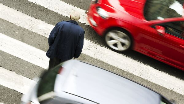 Мужчина на пешеходном переходе. Архивное фото