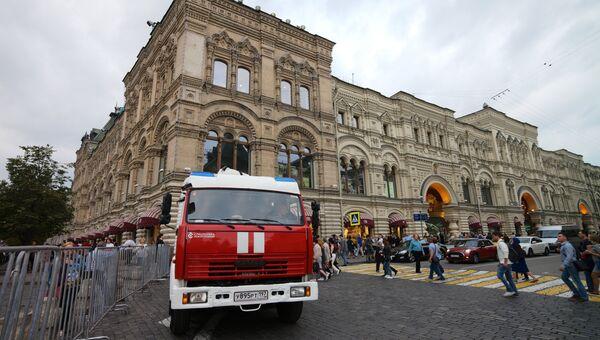 Пожарная автомашина у ГУМа в Москве. Архивное фото