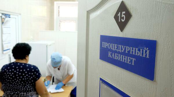 Женщина в процедурном кабинете на приеме врача