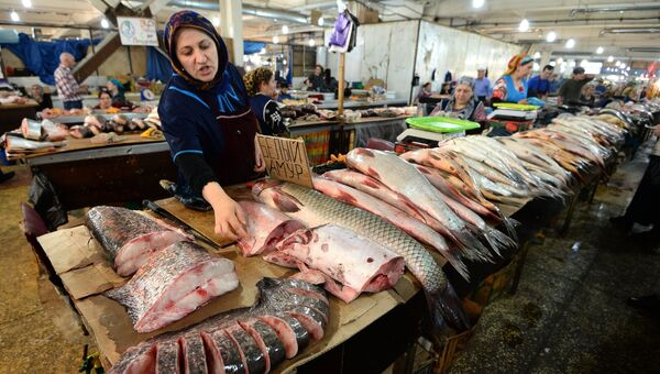 Торговля в рыбных рядах на городском рынке в Махачкале