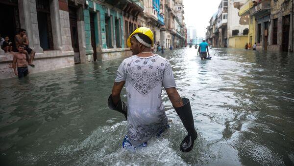 Кубинцы на затопленной улице в Гаване