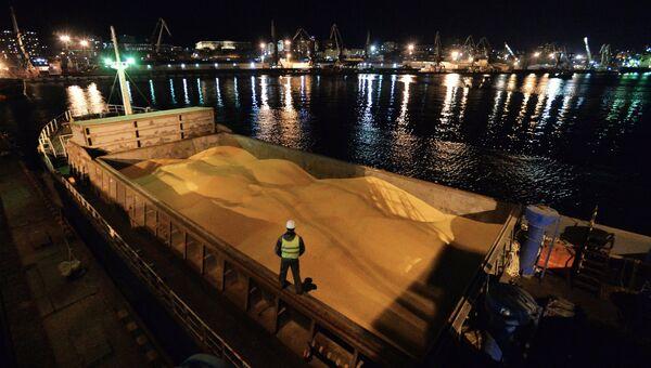 Кукуруза российского производства на борту японского судна во Владивостокском морском торговом порту